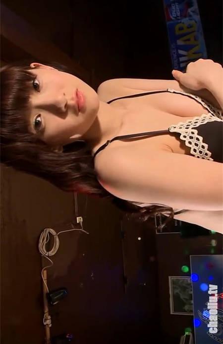 反差感诱惑!清纯可爱日本女孩金子理江夜色酒吧性感