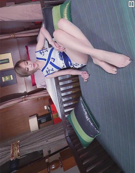 纯美挑逗!Lucy青花瓷旗袍躺在床上轻抚美腿 Beautyleg