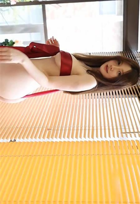 丝带美人!糯美子Mini仅用一条窄窄的红色丝带蔽体