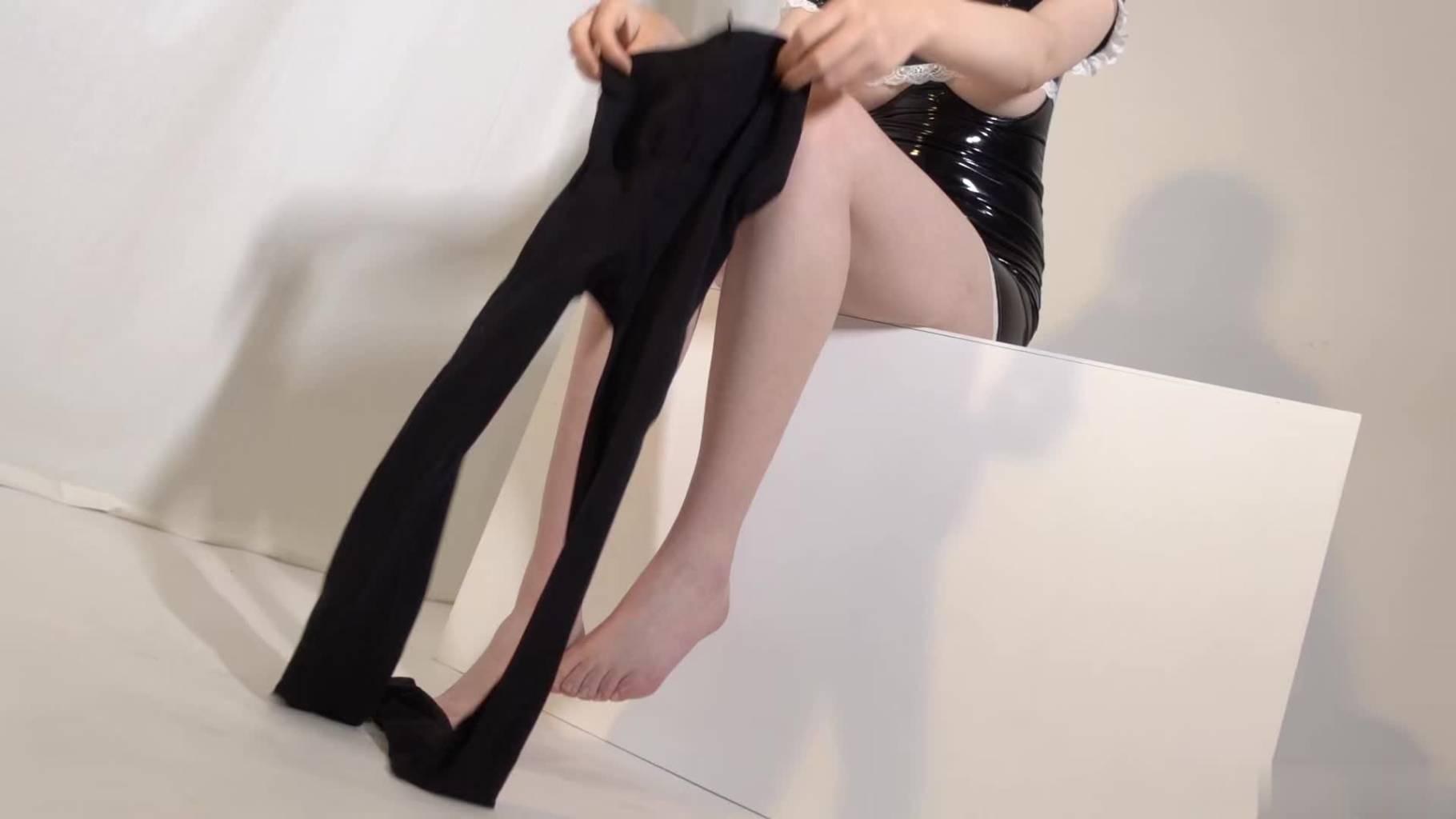 黑衣装妹子穿丝袜私拍写真