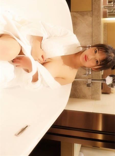 小尤奈打开身穿的白色浴袍,露出诱人的白嫩胸型