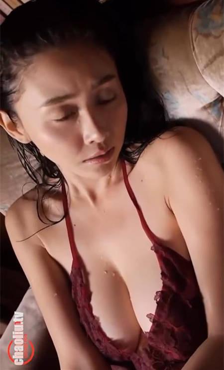 日本写真女神杉原杏璃红色蕾丝透视连衣裙浴室湿身诱惑