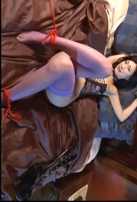 小恶魔坛蜜的情趣国度,她在房间里拿着皮鞭等待被人束缚