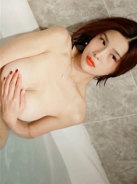 果哥出品天体浴 闫盼盼在浴室里兴致高涨,嫩乳烫的想搓揉解欲