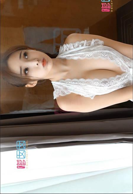 周妍希浑圆饱满的美尻和美乳在薄纱制服裙下坦然露出