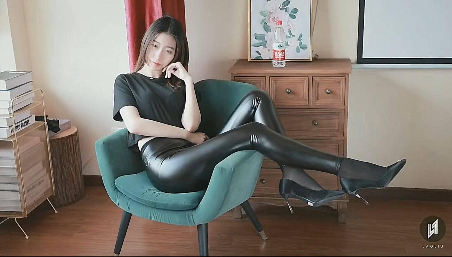 紧身皮裤写真喜好皮裤的不容错过