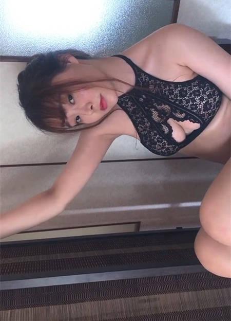 七宝柳侑绮展现日本妹独特的含蓄式勾引