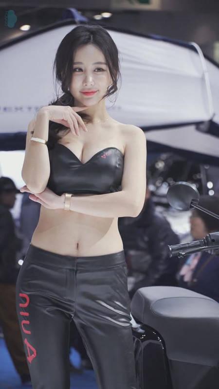 紧身皮衣吸睛!韩国美女车模金美珍美胸诱人 2019首尔车展