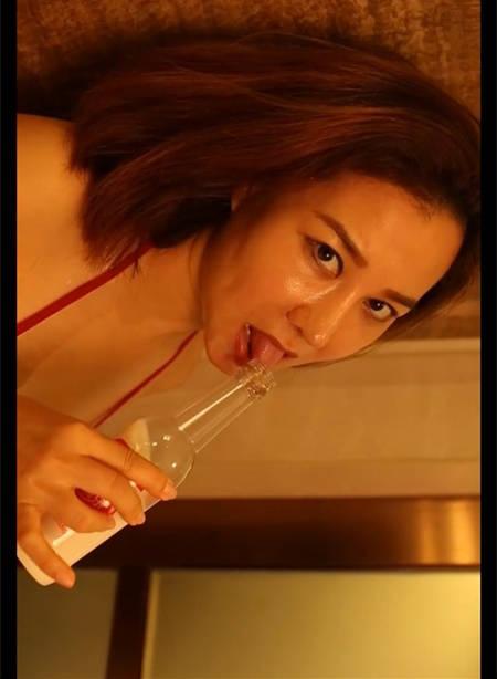 安娜金巴西比基尼浴室喝奶眼神表情好销魂
