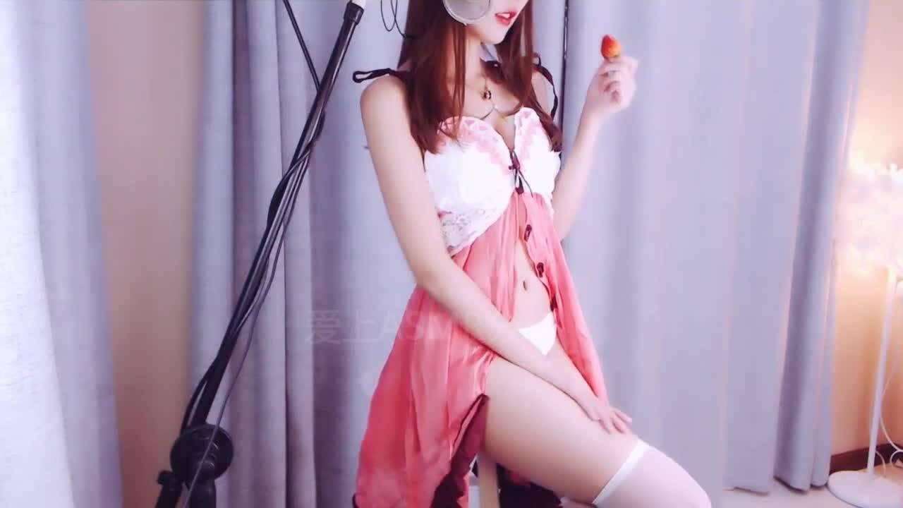 小小奶瓶性感睡衣 吃草莓