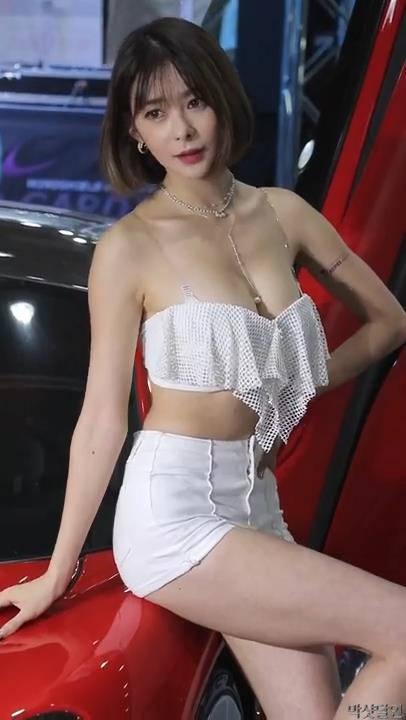 韩国气质车模徐函碧低胸性感露半颗 2018首尔车展