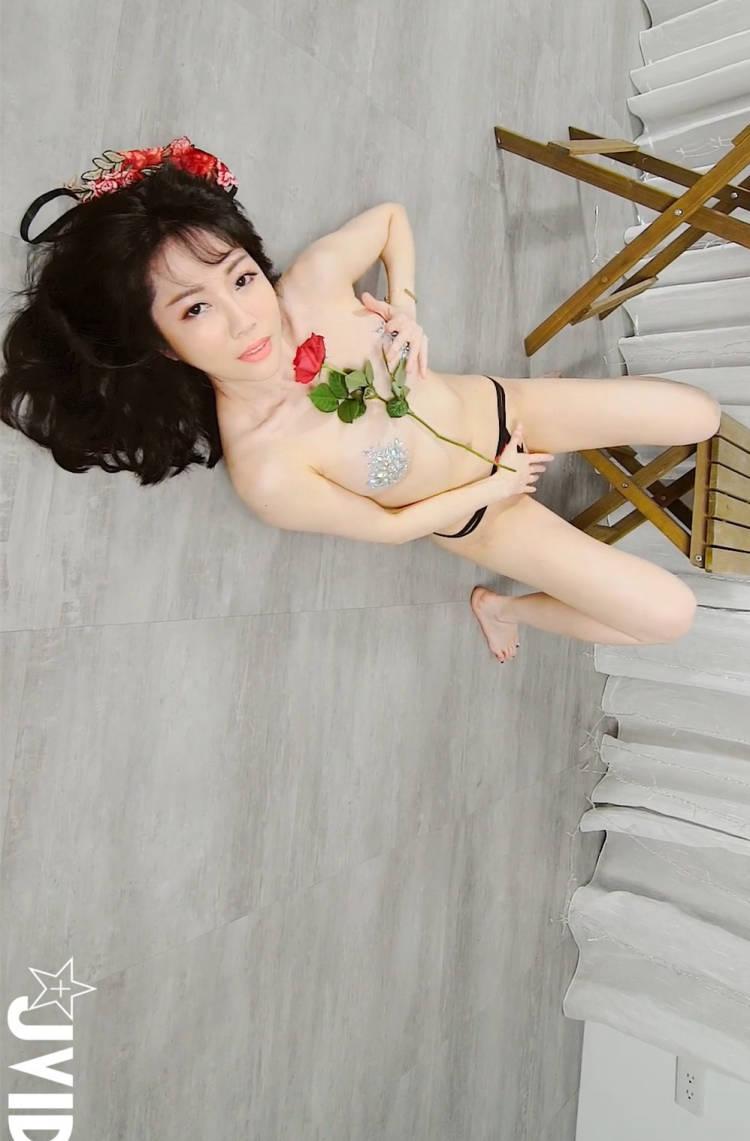 娇艳女神「Jeannine珍琳」腿间蜜洞色气喷发 JVID