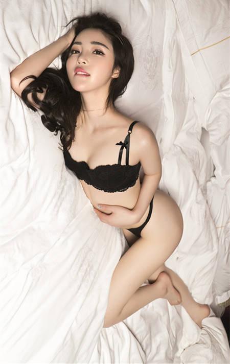 妍熙儿、艾小青制服太小总是紧绷,干脆掀开来让胸前浑圆出来透气