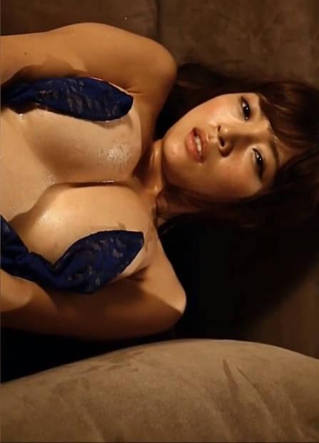 伊藤志保乃被灌酒,她舔着瓶口告诉你接下来可以对她为所欲为