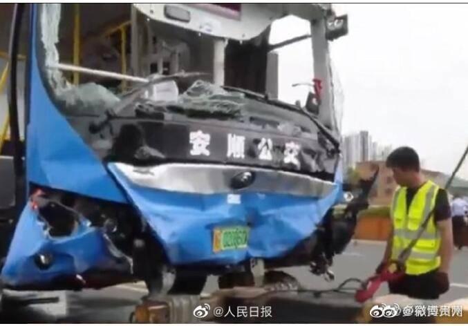 贵州公交坠湖事故已致21死 现场救援牵动人心!