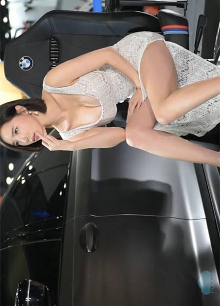 韩国车模宋珠儿故意俯身秀美胸深沟 2019首尔车展