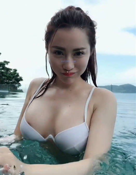 夏玲蔓无边际泳池比基尼戏水,私密部位竟在不知不觉时露出